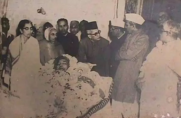 Dr. Ambedkar passed away in his sleep on December 6, 1956 at his residence at Delhi. Behind Mrs. Savita Ambedkar are M/s. Shankarao, Narayan Rao Kajolkar, U.N. Dhebar- the then president of Indian National Congress